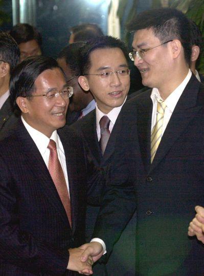 陳水扁(左)曾用總統專機,帶親友到陳致中(中)老婆娘家下聘。圖/聯合報系資料照片
