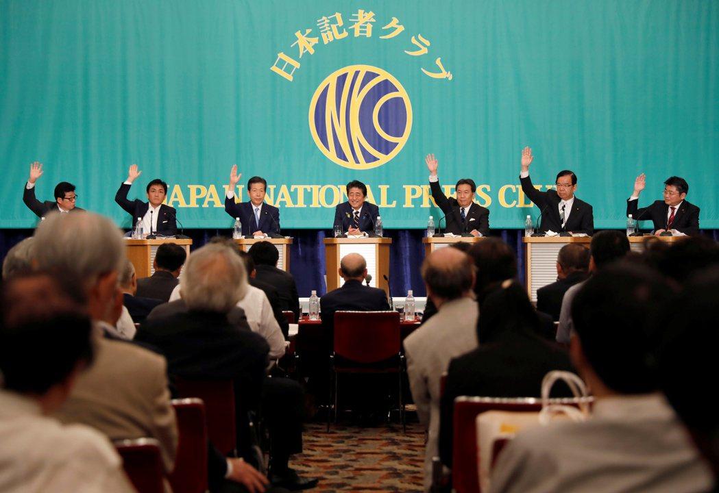 在日前舉行的政黨領袖辯論會上,安倍(中)是唯一一個未舉手同意修法實施夫妻婚後自由...
