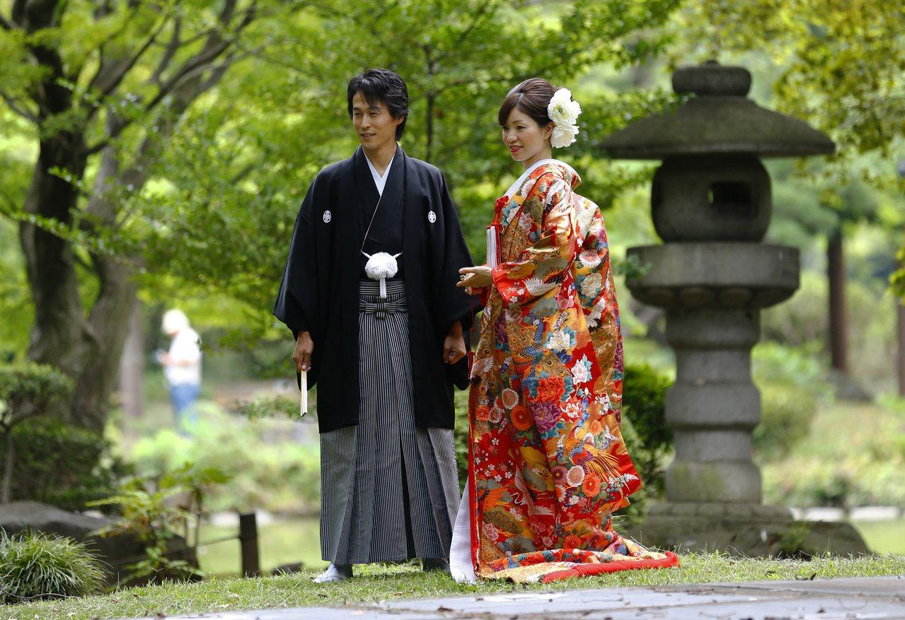 日本法律規定夫妻婚後必須同姓,而有高達9成6女性改姓夫姓。 (美聯社)