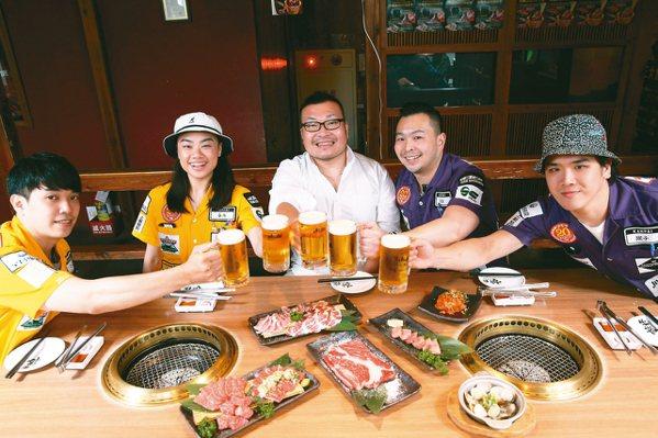 乾杯集團董事長平出莊司(中)與員工一同乾杯。 記者葉信菉/攝影