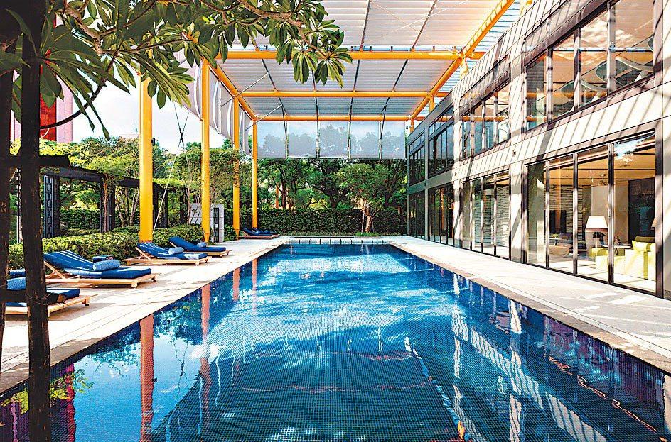 「ONE PARK TAIPEI元利信義聯勤」打造英式莊園泳池玻璃屋,讓住戶在市...