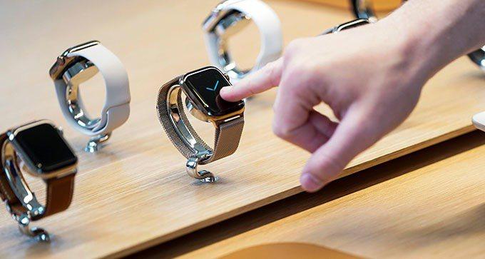 Apple Watch獲3項專利,其中的「手腕解鎖」功能打破過去蘋果解鎖方式。 路透