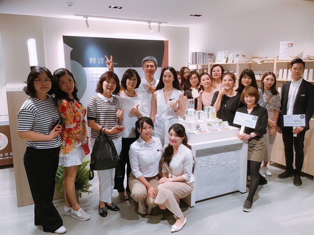 龍達化粧品總經理林相達(中間比YA)與團隊,將協助有志創業青年在全新療癒系電商品...