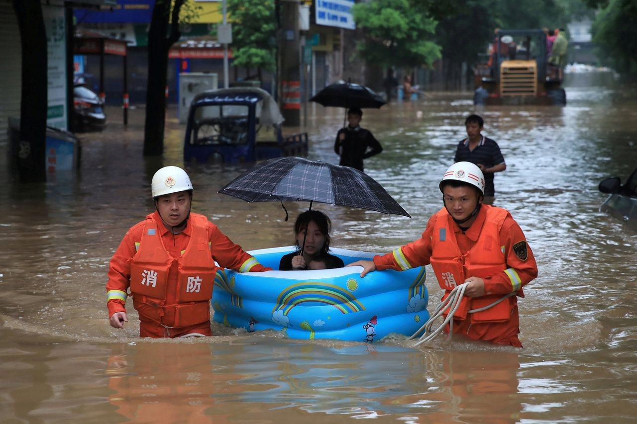 中國南方洪災嚴重 官媒報導趨於偏重表功淡化災情 路透社