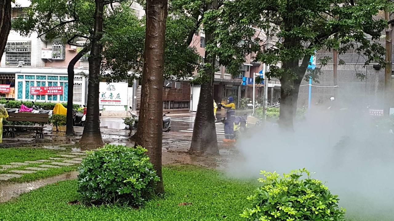 台南市登革熱防疫人員上午進行東區崇明里內社區公園噴藥防治。 圖/衛生局提供