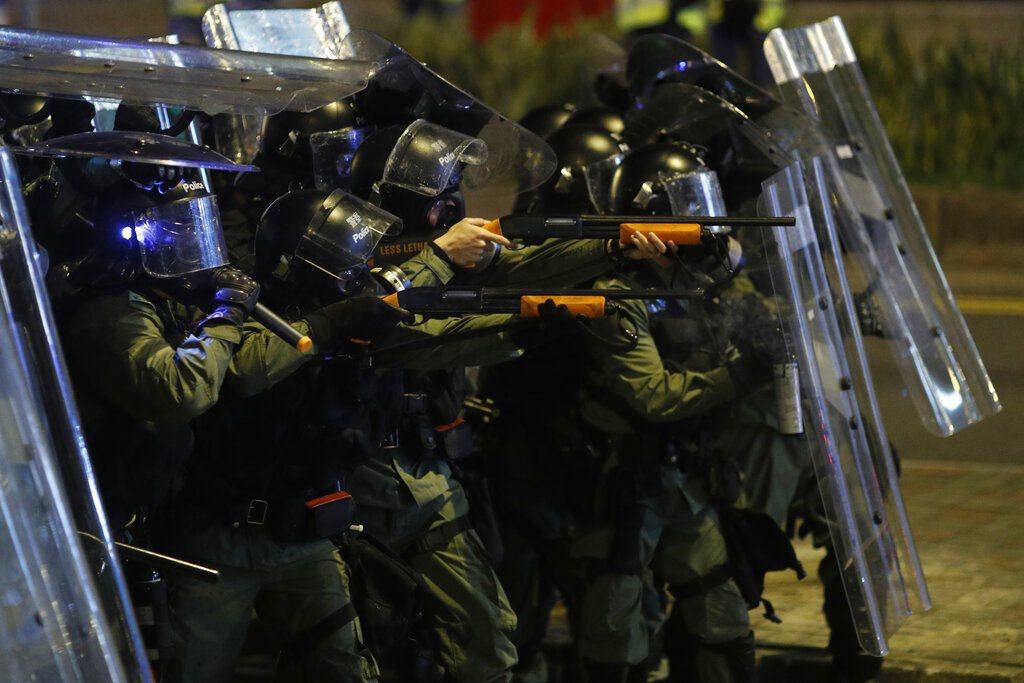 香港警方發射催淚彈及橡膠子彈驅散示威者。 美聯社