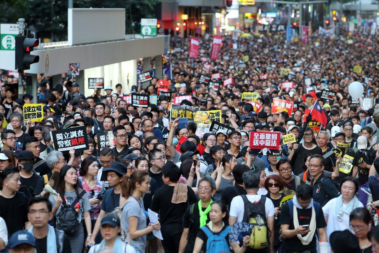 學者指出,近期反送中風潮影響下,讓北京暫時延緩「一國兩制台灣方案」的推促力道,但...