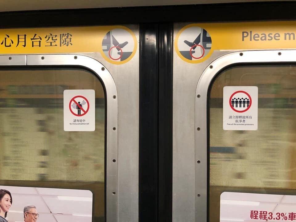 貼紙的造型及設計,與港鐵官方的貼紙相似。圖擷自Rachel Wong 臉書