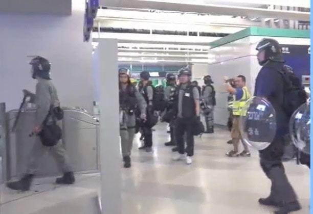 凌晨約1時10分,白衫人襲元朗後近3小時,才有防暴警進駐元朗站。圖擷自香港01