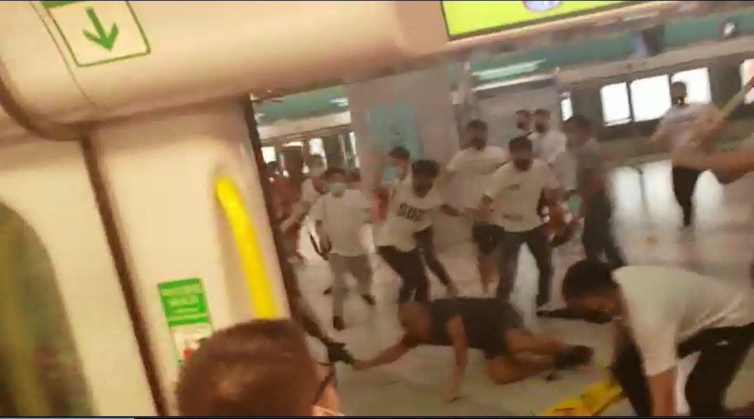 白衣人士隨便從車廂拖拉市民毒打。圖擷自香港01