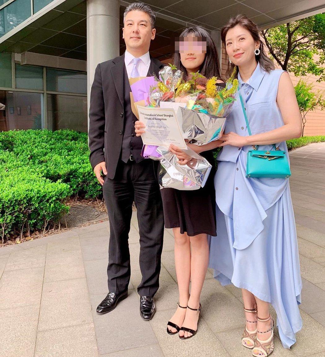 梧桐妹的畢業典禮上,與爸爸孫志浩、媽媽賈靜雯合照。 圖/擷自賈靜雯IG
