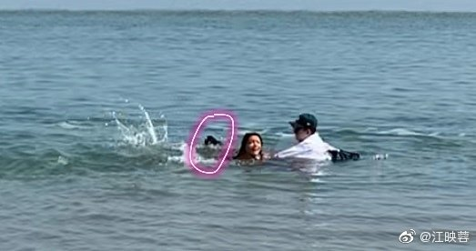 江映蓉在海邊拍MV險溺水。 圖/擷自江映蓉微博