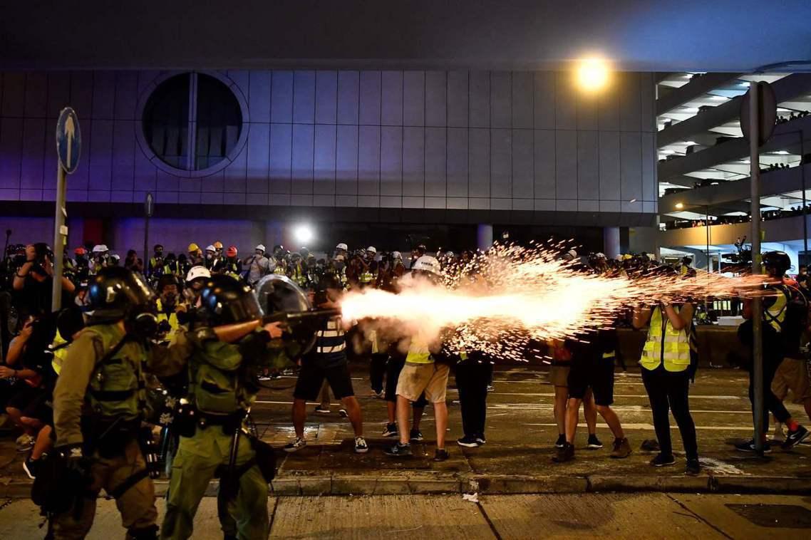 港警出動大批鎮暴特警,在晚間8點示威結束後,隨即以違反示威路線、非法遊行之名發動...