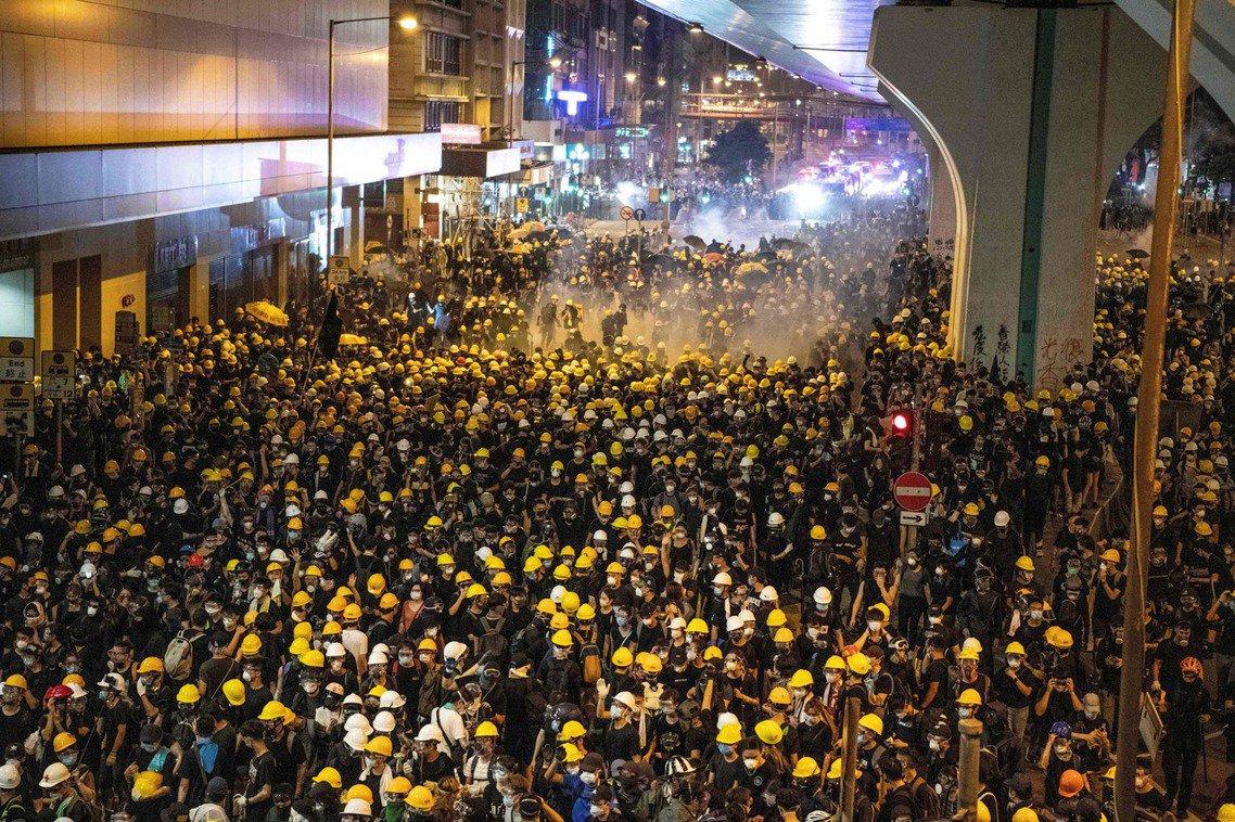 「包圍中聯辦」的行動至晚間8點結束估計有43萬人(民陣宣稱)參與。這也是反送中歷...