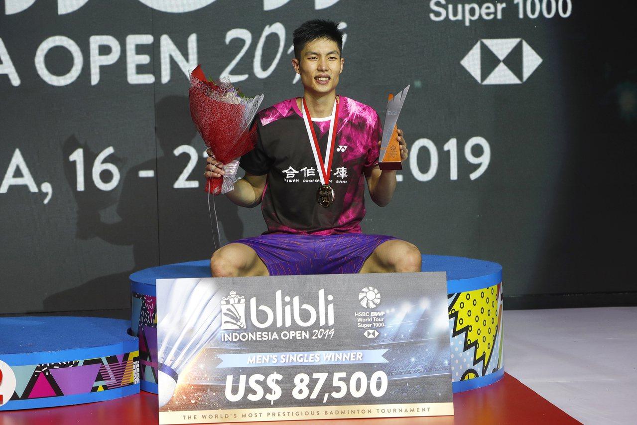 不受第二局誤判影響,周天成順利贏得印尼羽賽冠軍,也是生涯首座超級1000系列賽冠...