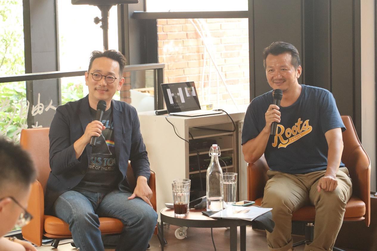 講者(左)江建德與(右)林太崴帶來豐富的史料與音樂,重申流行音樂文化搶救的急迫性...