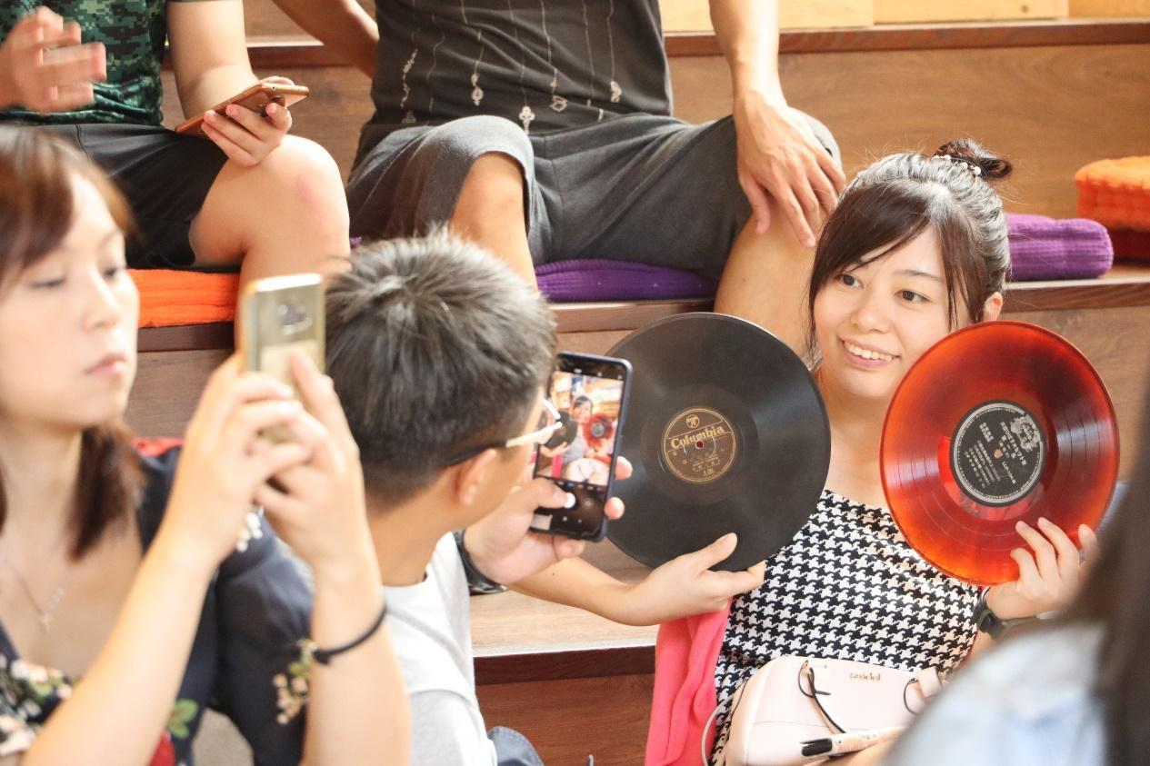 林太崴老師帶來經典的(左)黑膠與(右)78轉唱片讓聽眾實際觸摸老物件了解其中的不...