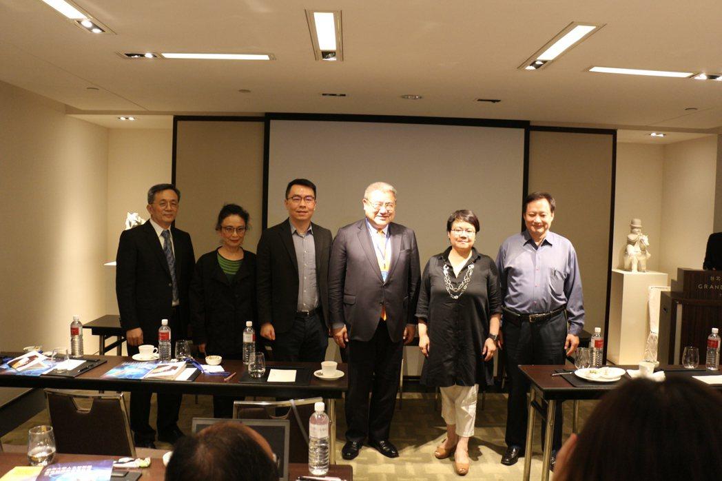 專家論壇由中央研究院何建明(左起)、亞洲大學副校長林蔚君、 MaiCoin創辦人...