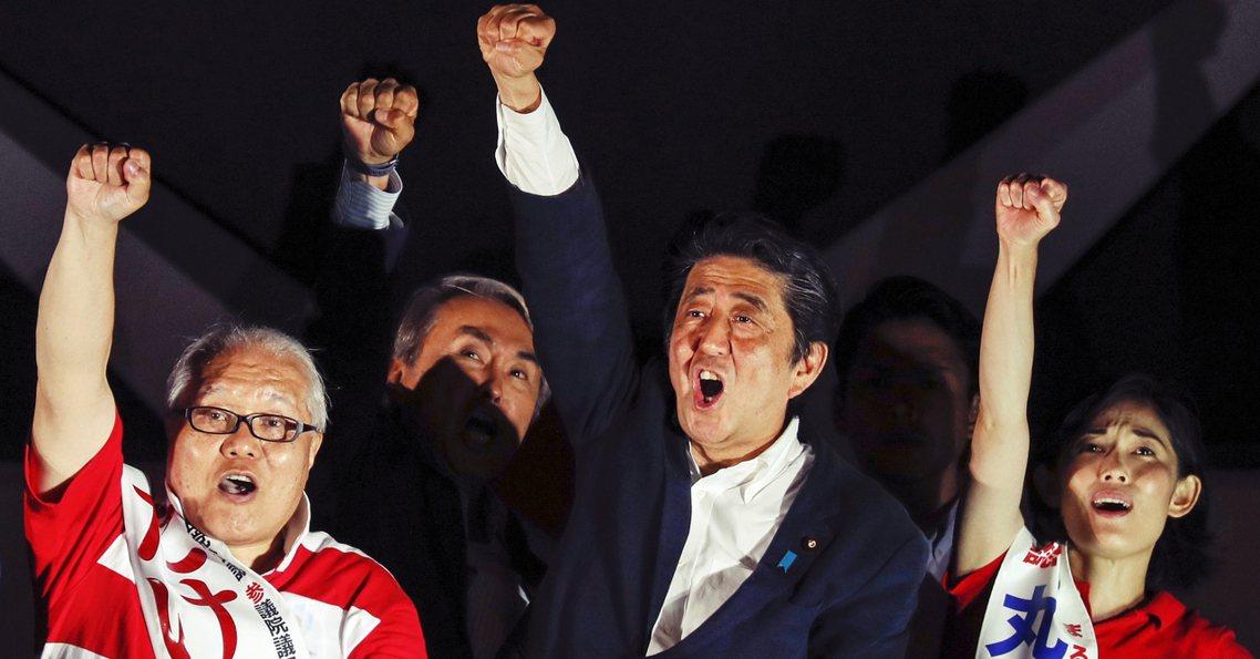 日本參議院大選結果在22日終於確定,首相安倍晉三為主的執政黨聯盟拿下71席次、總...