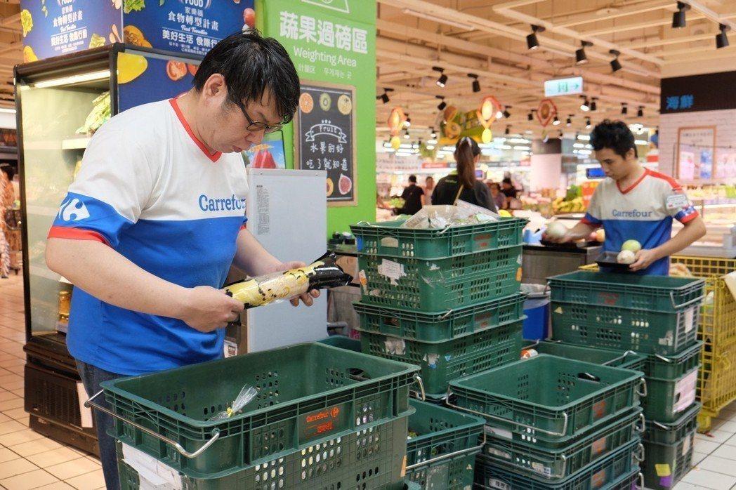 為減少食物浪費,家樂福全台上百家門市每天下午都會挑選適合捐贈的蔬果,捐贈給各地食...