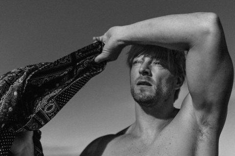 常出現《2分之一強》節目中的法國型男法比歐,平常會在社群不時分享自己性感照,不吝惜展露出他的胸肌、腹肌,沒想到最近他尺度更開,為藝術獻上全裸照,但巧妙遮掩重點部位,不過像雕像般的身材,讓都網友大呼「...