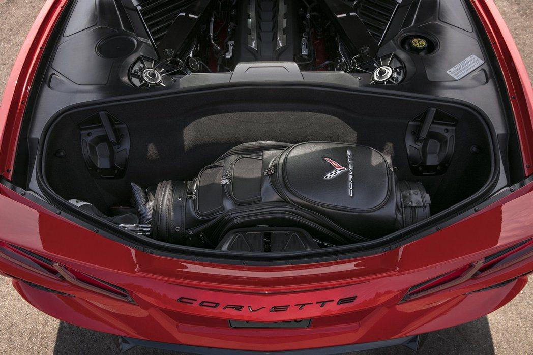即便改為中置引擎,Corvette的後行李廂仍然可以放下一組高爾夫球具。 摘自C...