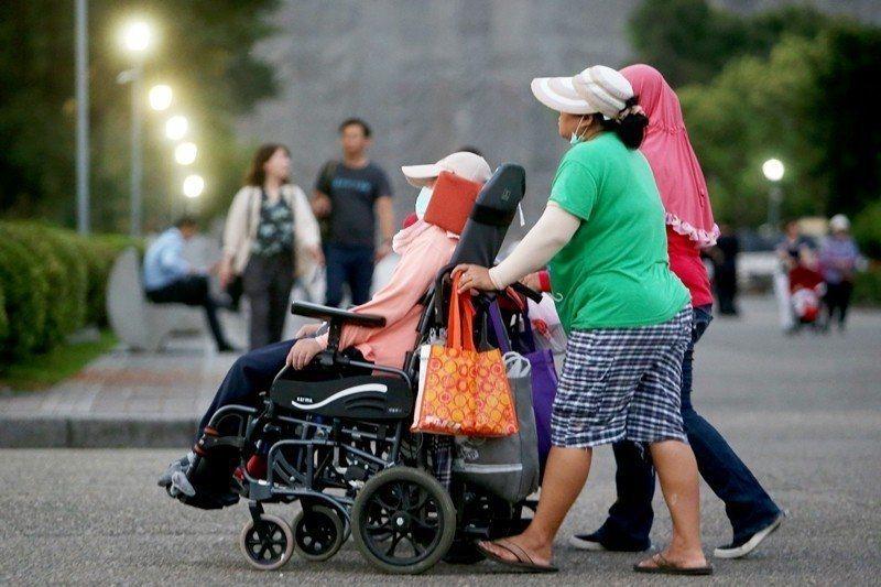 外籍家庭看護工假日有確實放假的情形比例僅為11.2%,顯示看護工的休假權益並未落...