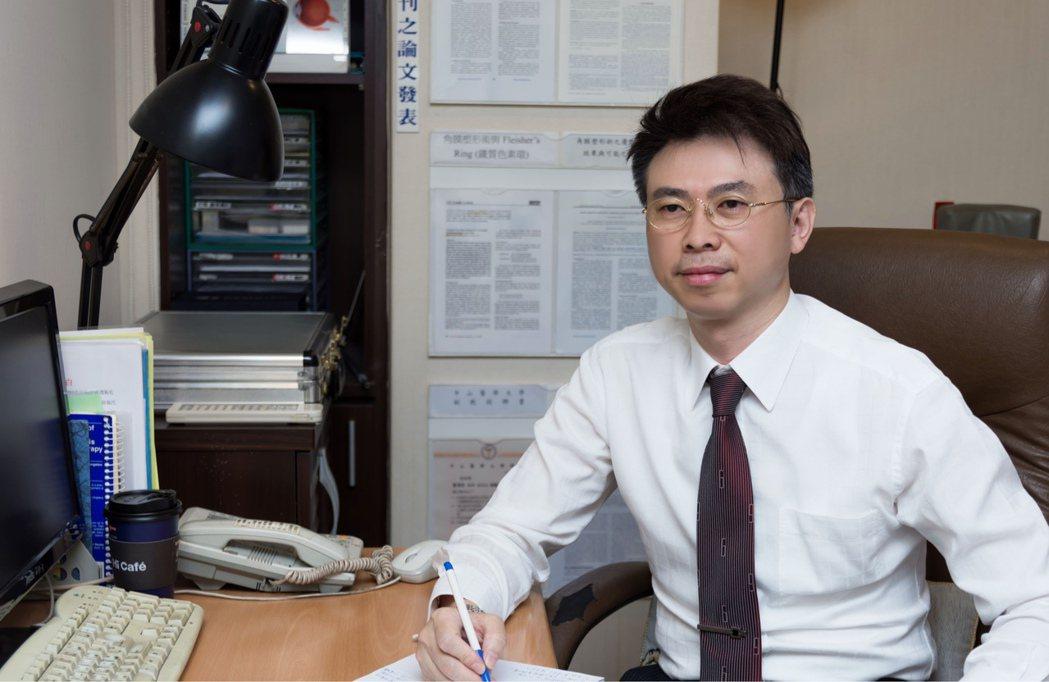 中山醫學大學視光學系副教授蕭清仁博士。