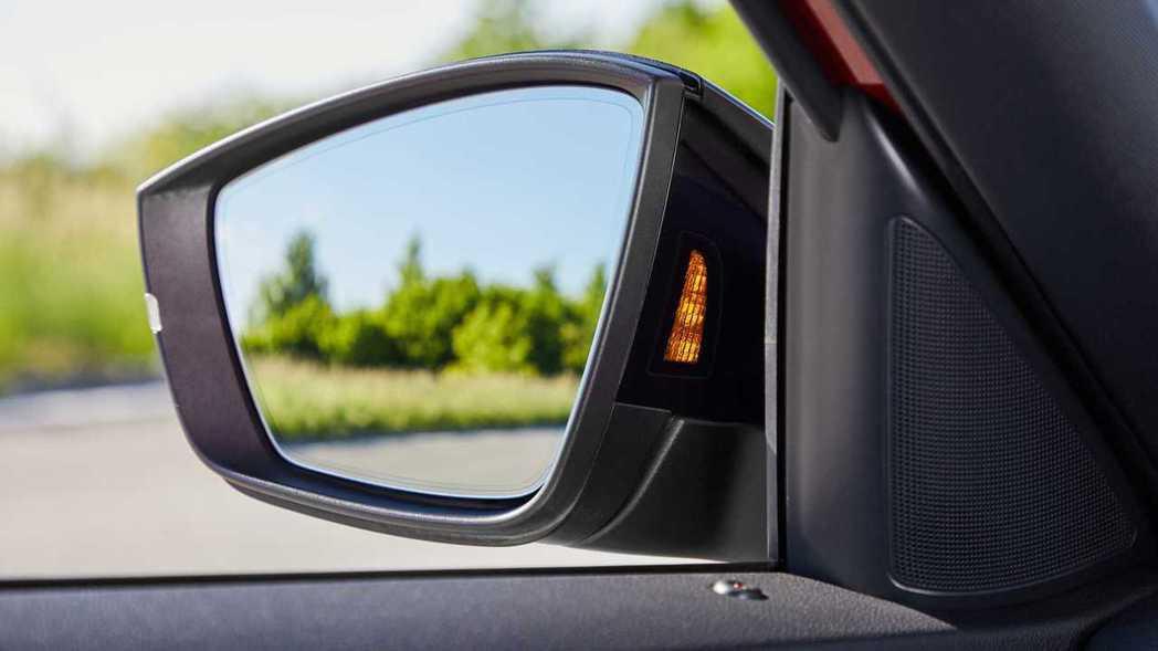 盲點偵測的燈號也從後照鏡的鏡面上移至後照鏡內側。 摘自ŠKODA
