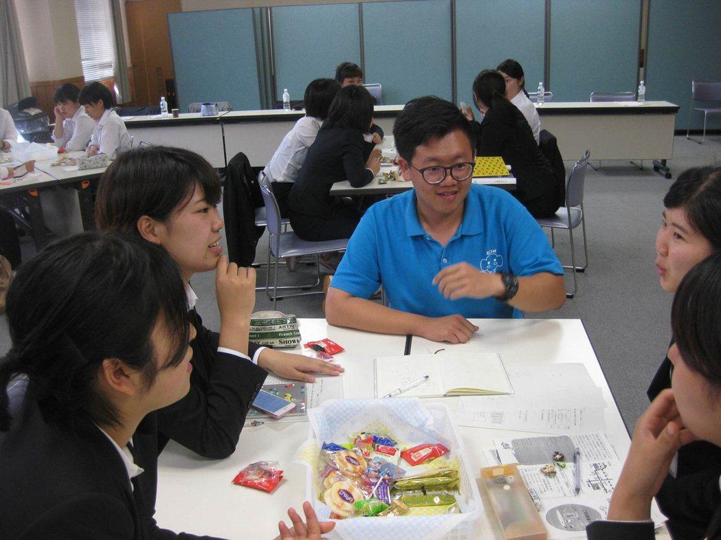 嘉藥老服系學生與日本大學生進行分組討論。 嘉藥/提供