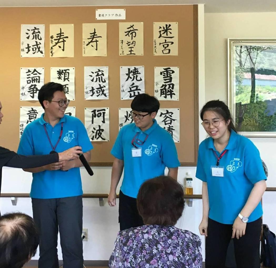 嘉藥老服系實習生為日本長者即興表演。 嘉藥/提供