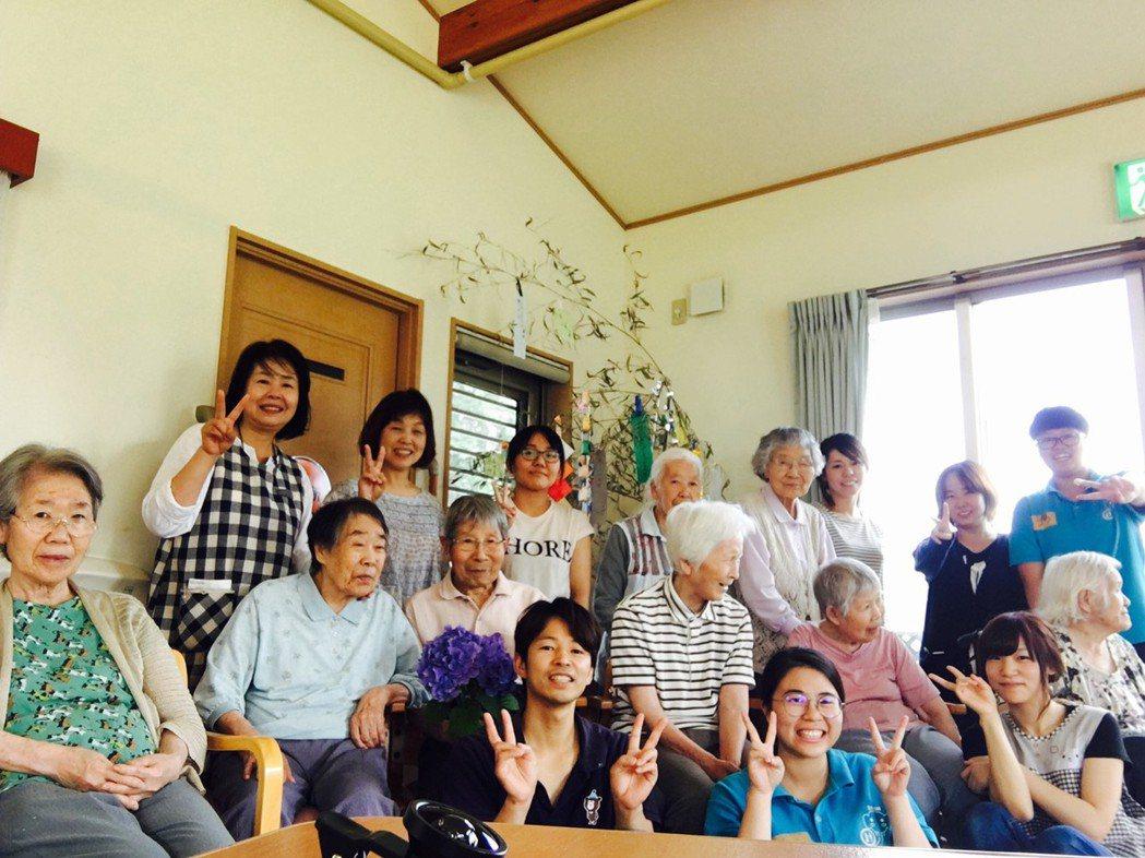 嘉藥老服系學生和日本實習機構長者及工作人員開心合影。 嘉藥/提供