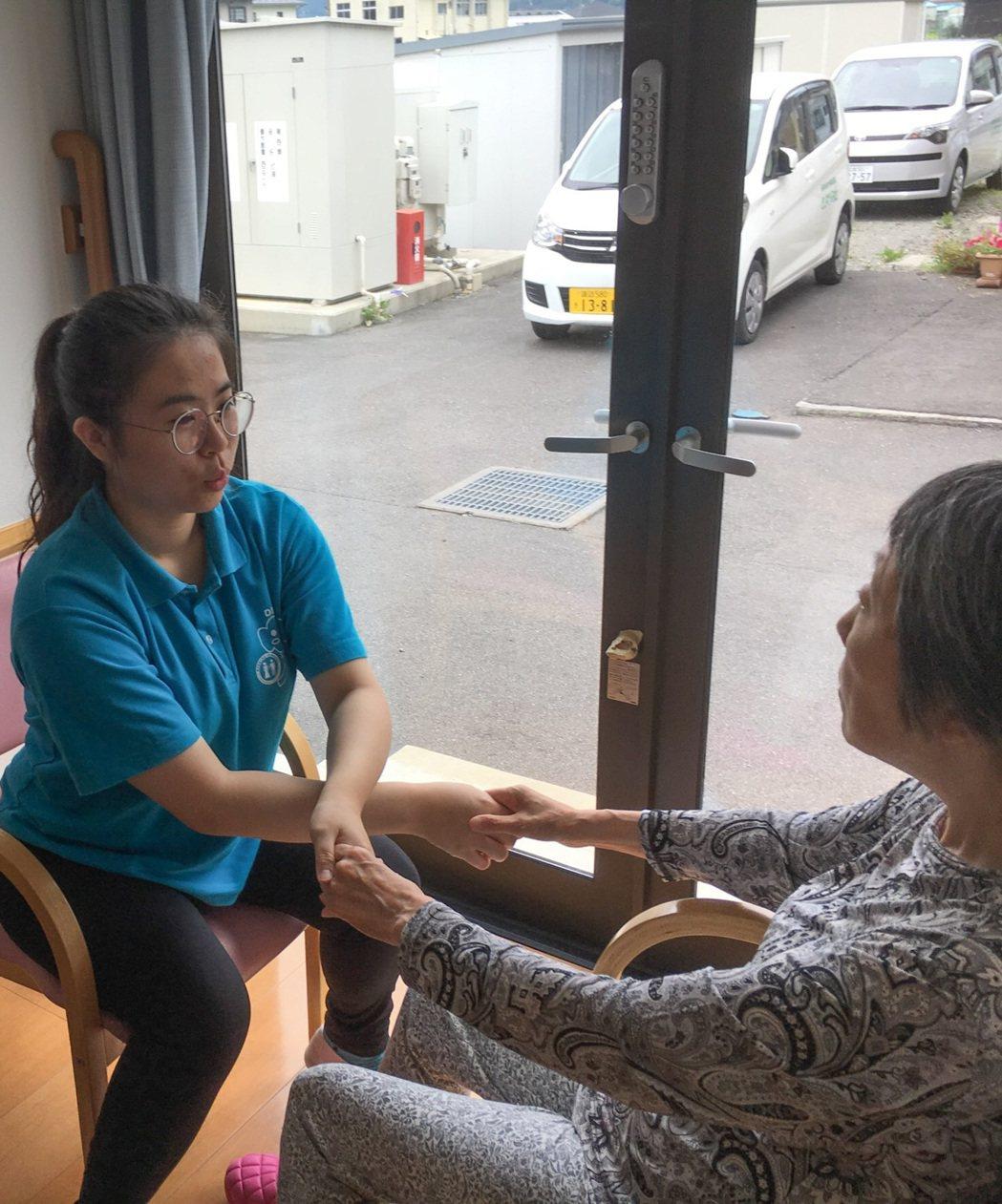 嘉藥老服系實習生在日本團體家屋與長者做復建娛樂。 嘉藥/提供