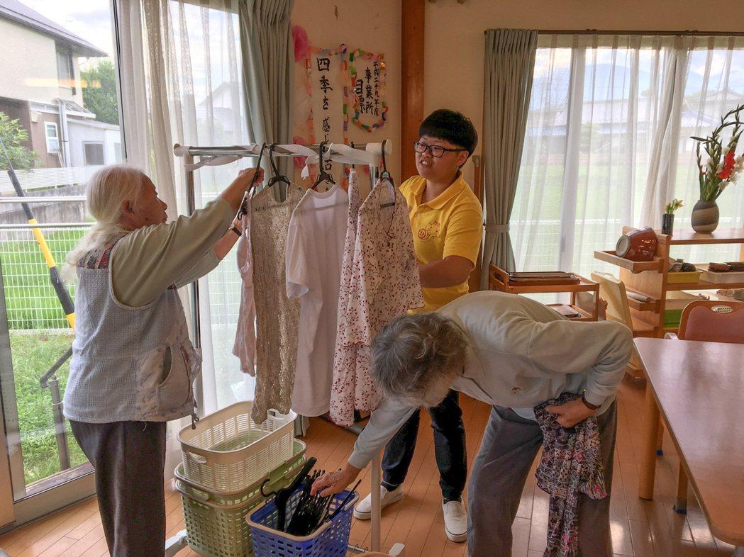 嘉藥老服系實習生協助日本長者生活自理。 嘉藥/提供