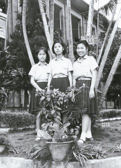 初二那年,廖玉蕙(左)燙壞了哥哥的一件衣服。 圖/廖玉蕙提供