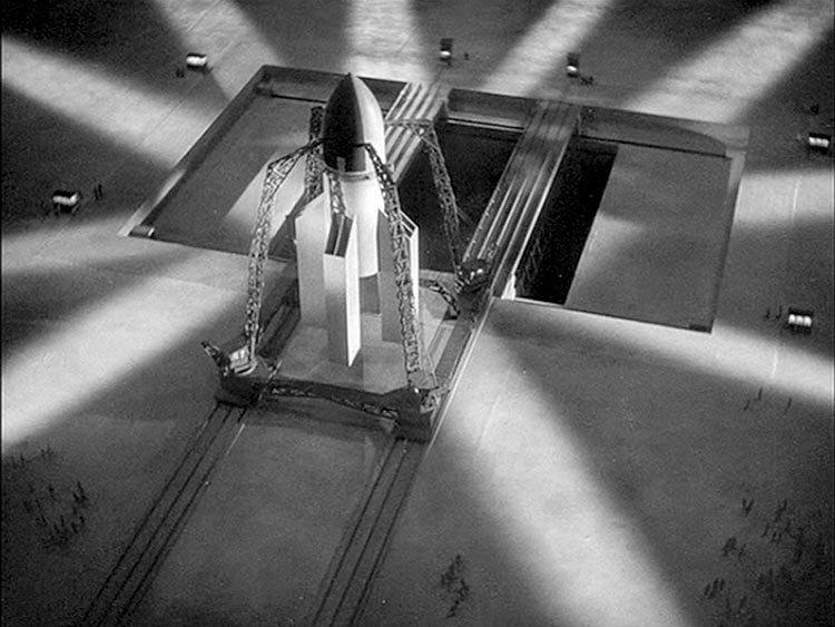 我看到這幕的時候差點跪下來,片中的火箭從廠房用軌道送到發射場,場內有一個大池子,火箭靠升降機降到池內,只漏出上半截,最後在水中發射。上面火箭運送的方式幾乎就是現在的標準方式。另早期的發展史中,的確想要在水中發射火箭,這樣噴出的高熱氣體才不會破壞其他設施;現在是以高速噴水的方式來解決。想知道從水中發射火箭的極致嗎?自己去Google 「Sea Dragon Rocket」。