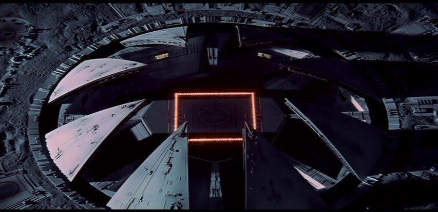 客機降落時月球基地的門慢慢打開。這個視效在今天也是上乘。