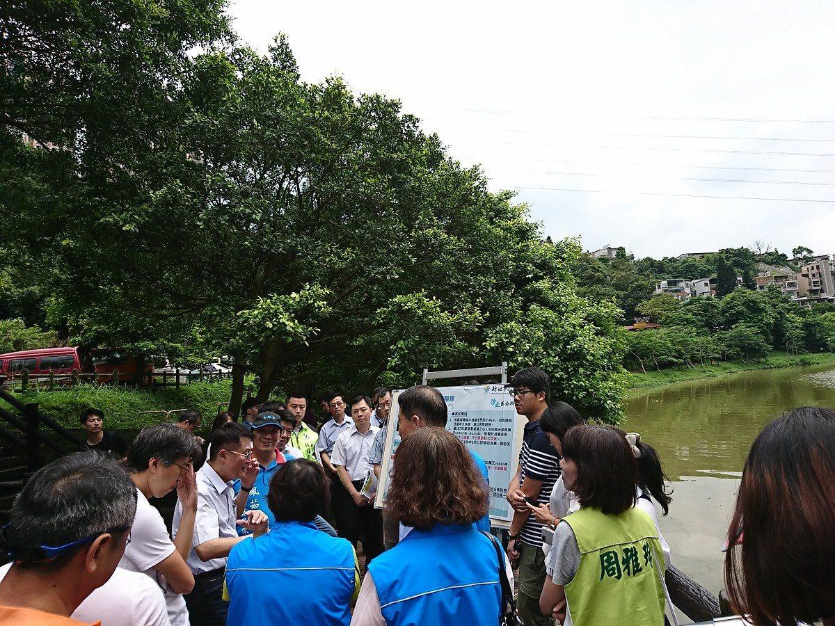 新北副市長陳純敬現場會勘,有議員就提出,希望能拿到金龍湖的主導權,建議每年編經費...