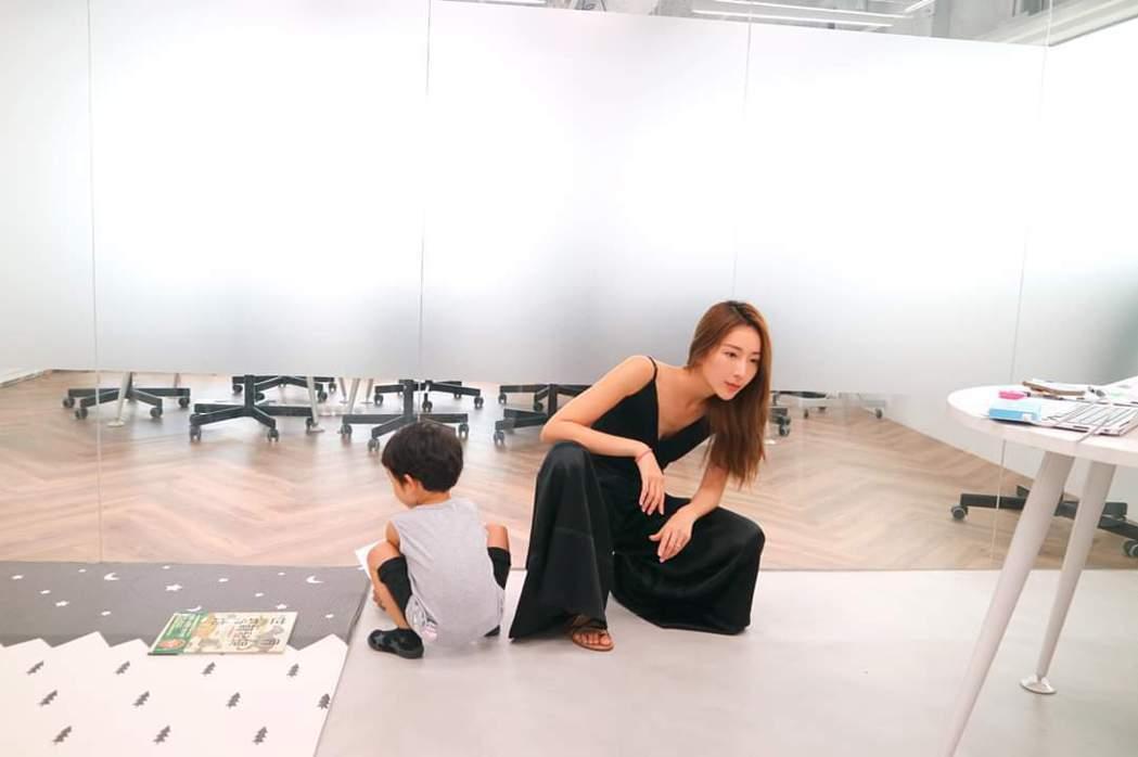 隋棠陪兒女上畫畫課穿著火辣。圖/摘自臉書