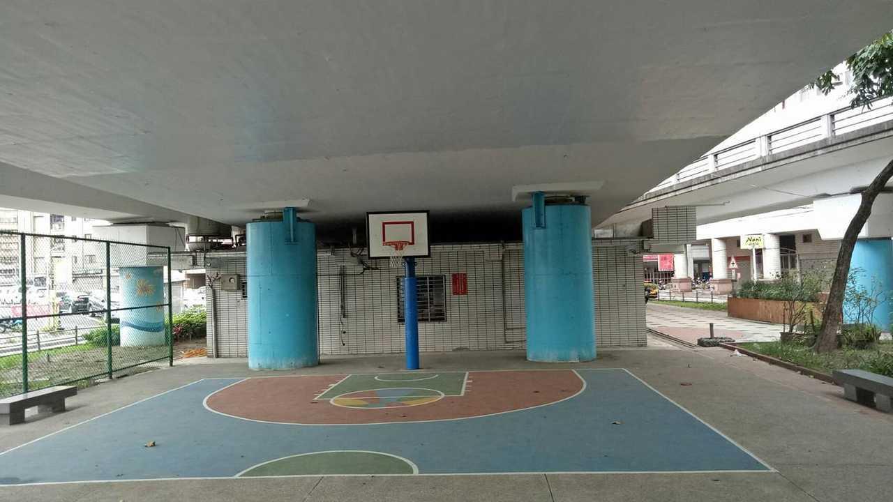 新北三重區公所活化橋下空間設置簡易籃球場,要讓民眾白天打球不怕被太陽曬昏,未料該...