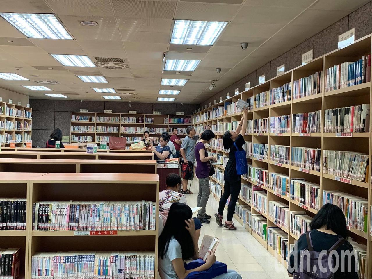 板橋智慧圖書館主打無人服務,除了有自助借還圖書設備,還有電子感應閘門,除了國定假...