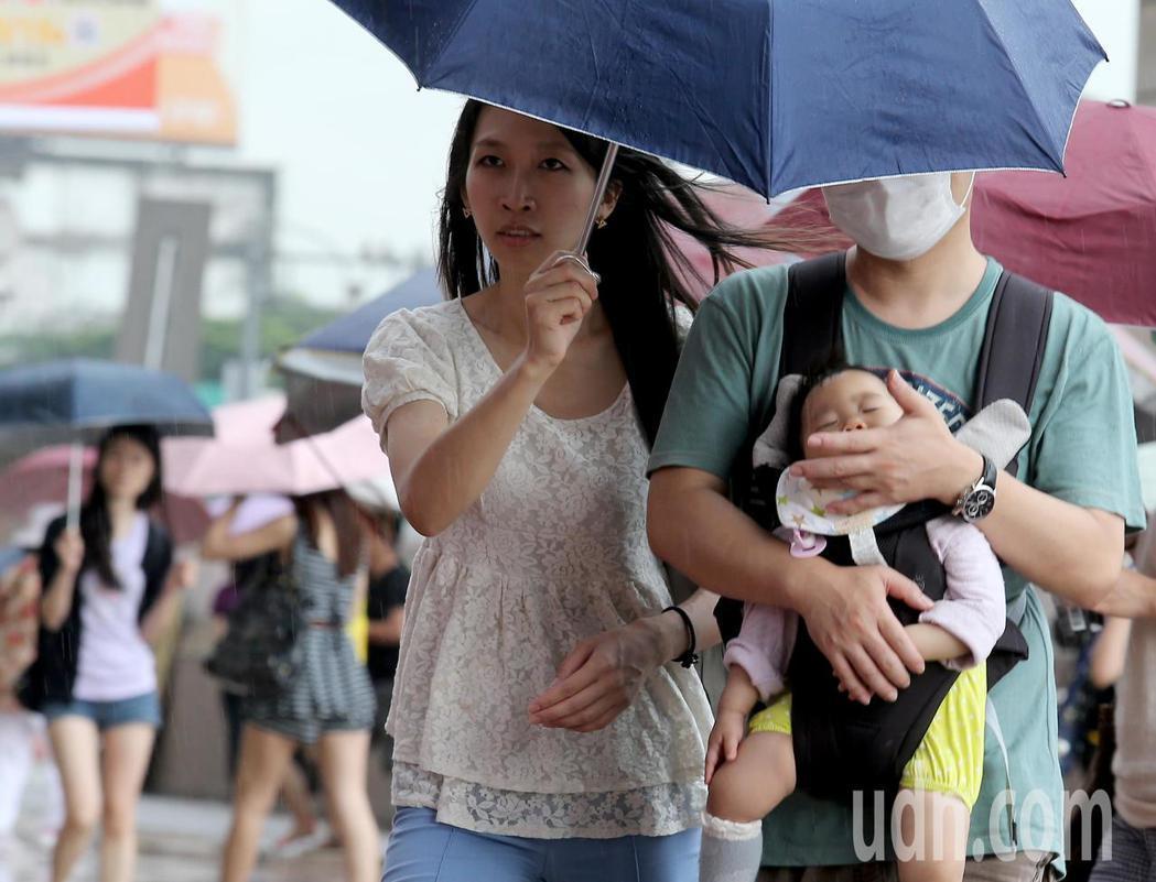 中央氣象局表示,午後有局部短暫雷陣雨,局部地區有大雨發生的機率。本報資料照片