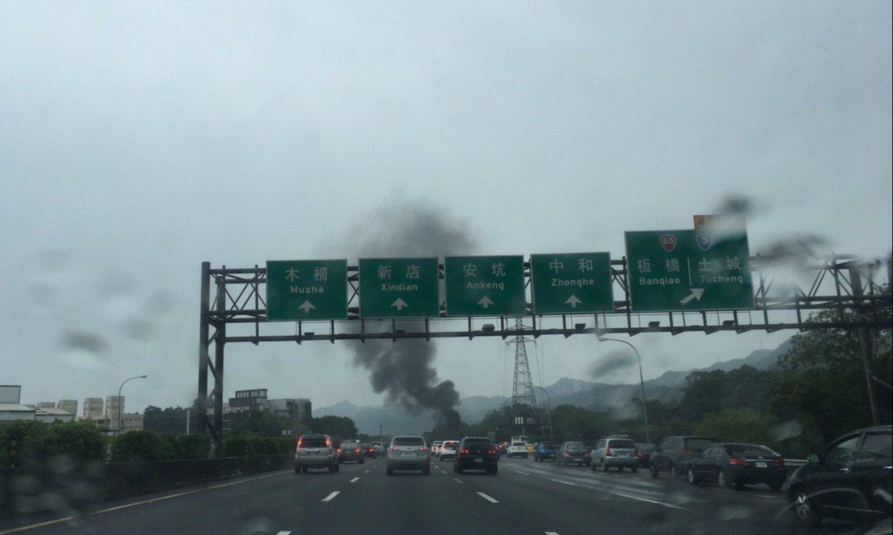 國道3號土城交流道口火燒車。記者陳俊智/攝影