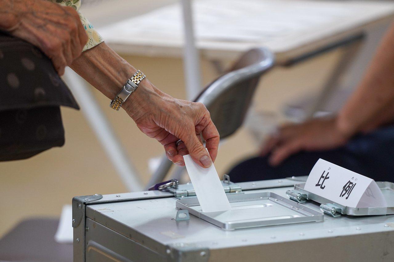 日本參議院昨天舉行半數改選。歐新社