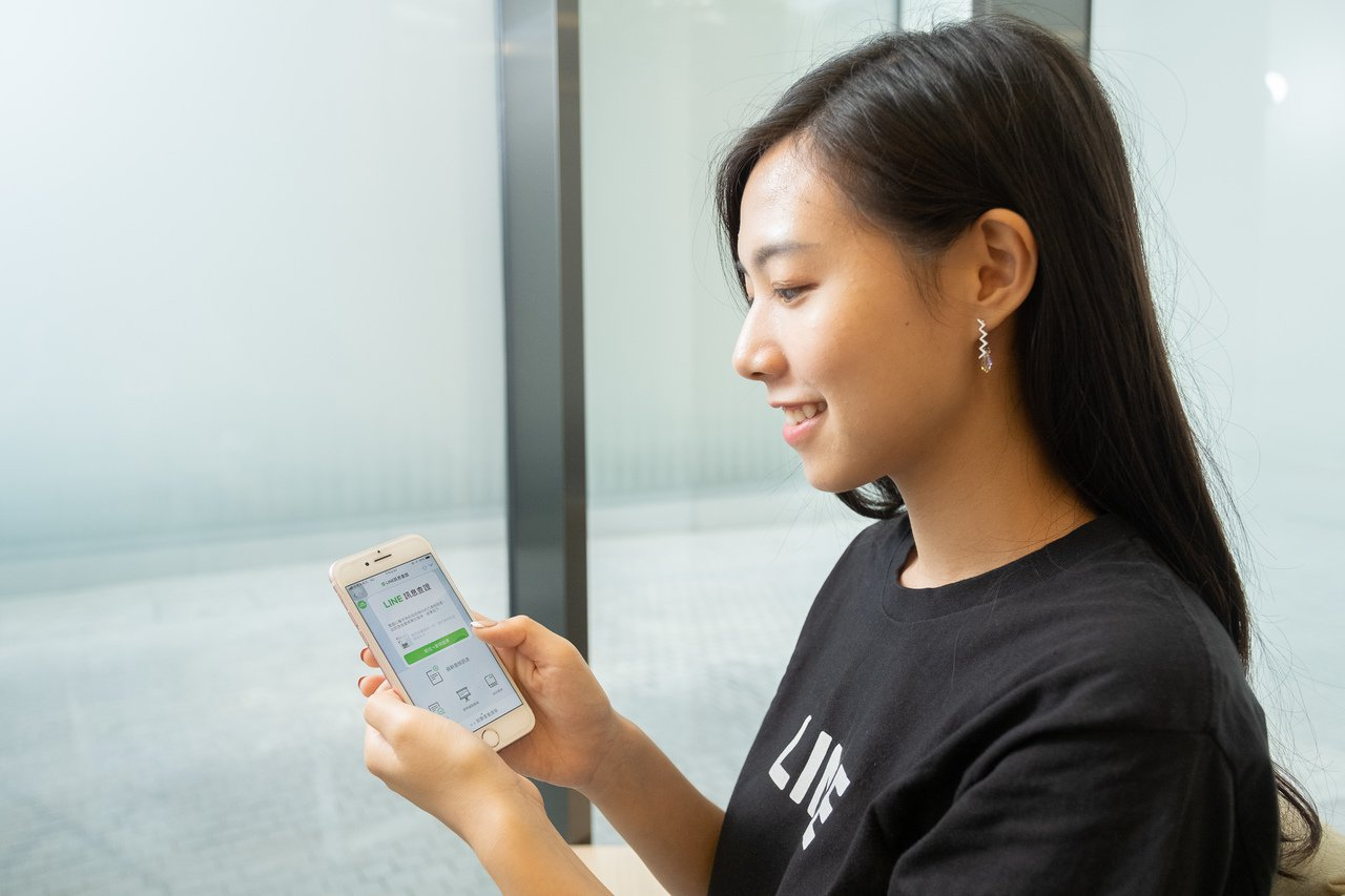 「LINE訊息查證」平台正式上線,只要轉傳訊息至官方帳號就能立即查詢訊息真偽。圖...