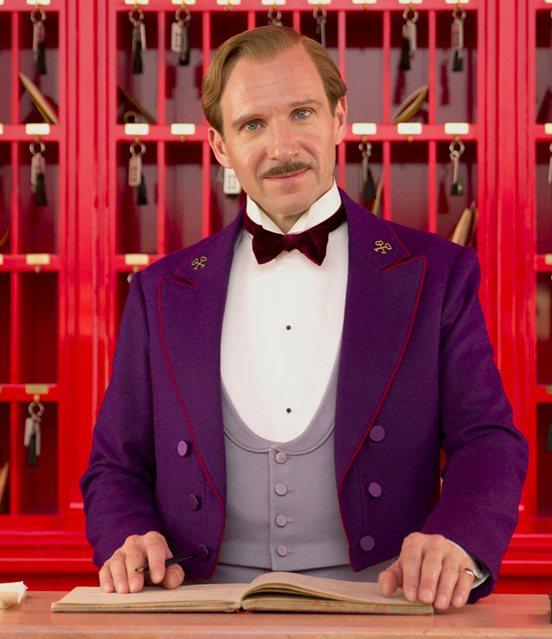 電影《歡迎來到布達佩斯大飯店》中,主角之一的飯店主管Gustave的領章上,別著...
