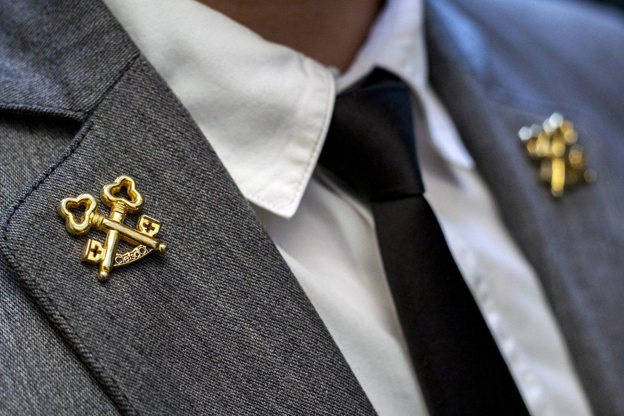 代表「飯店業奧斯卡獎」的金鑰匙資格領章,全台僅剩22人擁有。慕軒/提供