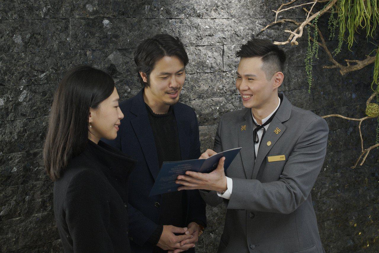 慕軒飯店中,具備金鑰匙資格的禮賓人員李懿軒(右,Eason Lee)。慕軒/提供