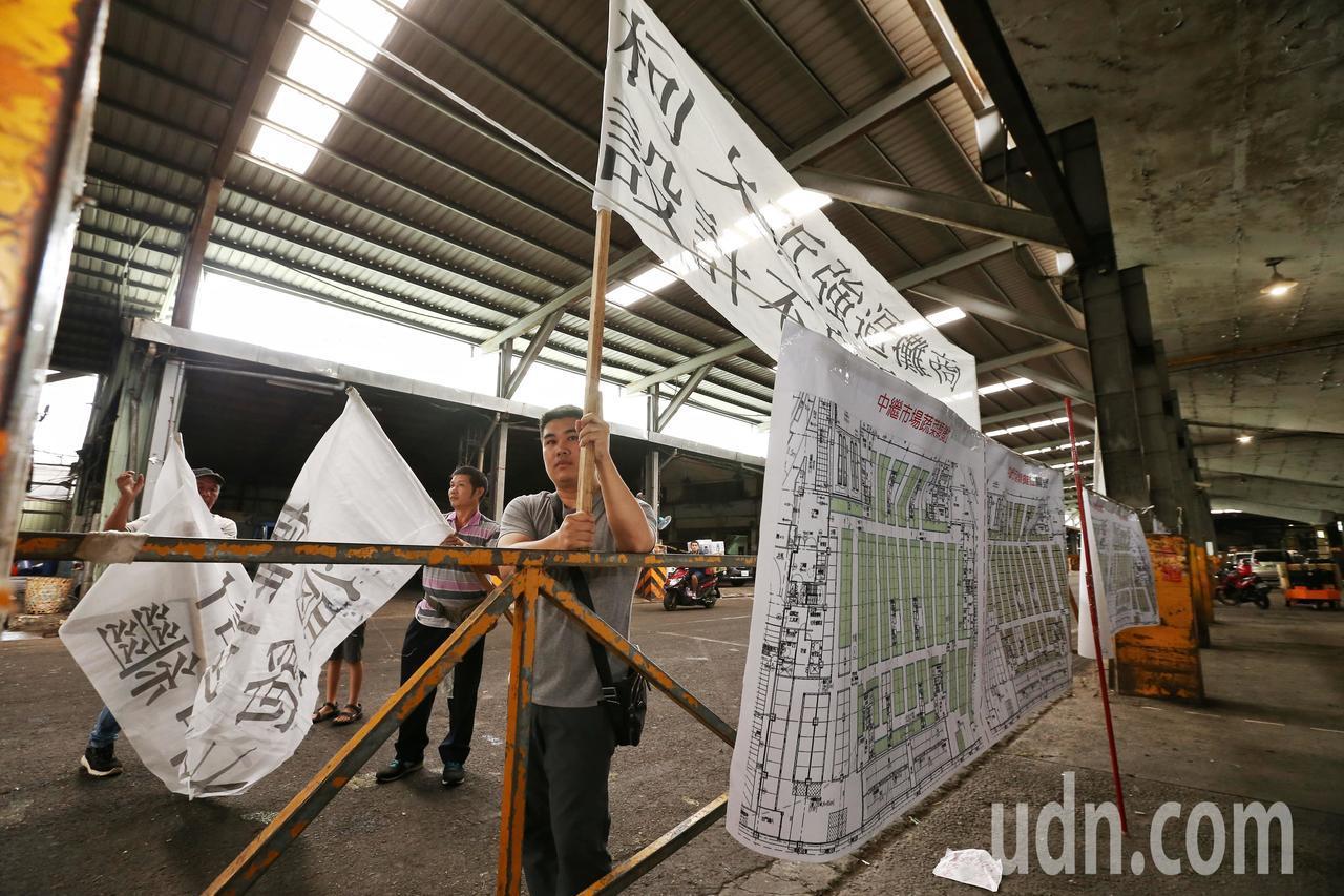 環南市場抽籤現場,攤商不滿設計不良拒絕抽籤,攤商在抽籤會外舉布條抗議。記者曾原信...