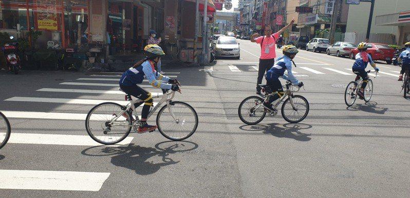 18位弱勢家庭小朋友今天騎車環台追夢,從台中市潭子區出發。記者游振昇/攝影